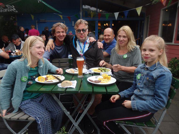 De buren van camping Zeeburg: Laila en Boris Kanen, Mark Link, Steven Stevens, Claudia Breukel en Roos Link. Aan de BBQ 'zonder liflafjes' Beeld Schuim