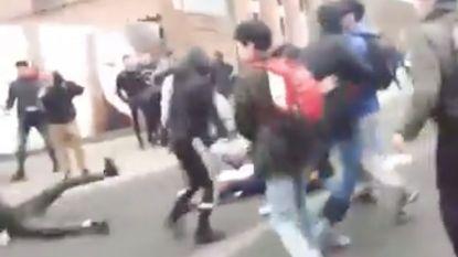 VIDEO. Twintigtal jongeren op de vuist aan schoolpoort: politie spoort betrokkenen op