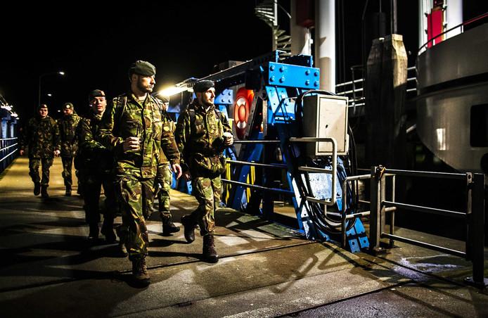 Militairen vertrekken richting Schiermonnikoog.