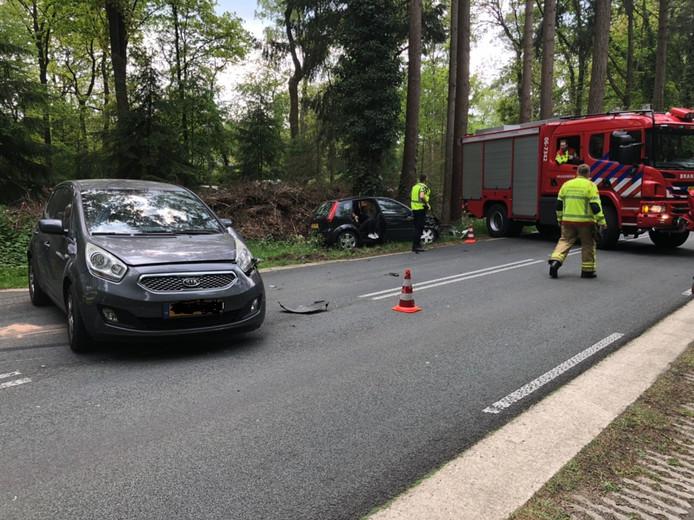 Beide auto's raakten bij de botsing op de Leuvenumseweg bij Ermelo zwaar beschadigd.