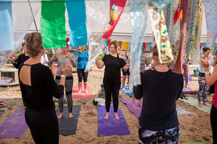 Zondag kon je met veel verschillende yogavormen meedoen op Belcrum Beach.