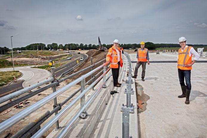 De aanleg van de nieuwe weg N629 bij Oosterhout vordert gestaag. Links Wim van Oijen, in het midden Peter Benschop en rechts provinciebestuurder Christophe van der Maat.