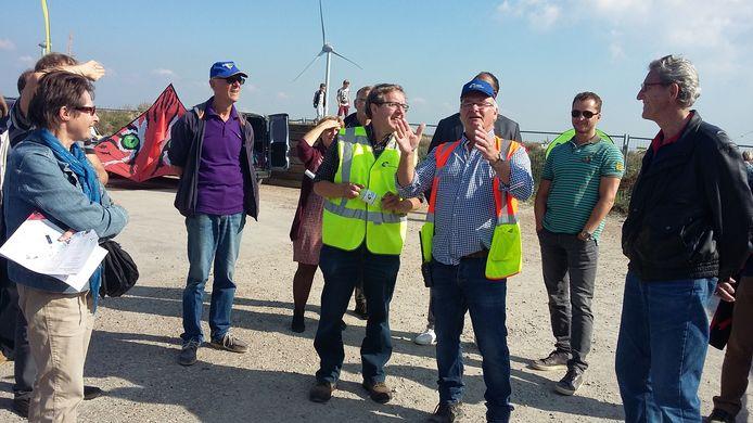 Henk den Boon (links in geel) van E-Connection vertelt over het nieuwe windpark.