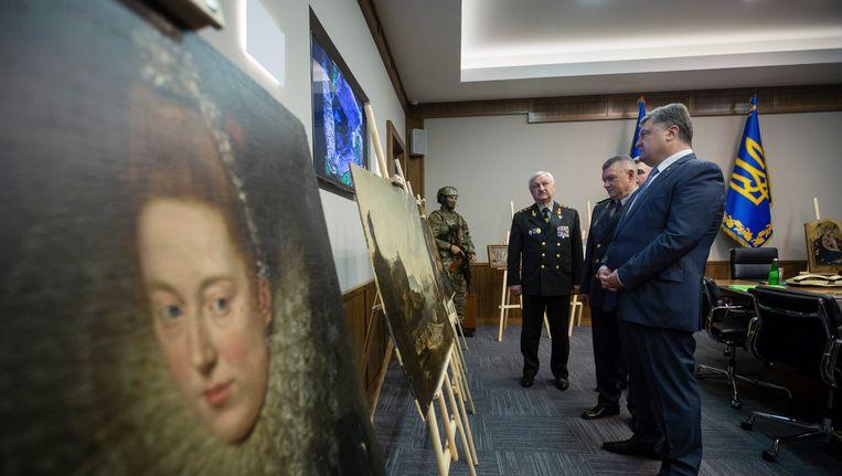 De Oekraïense president Petro Poroshenko toont de onderschepte schilderijen. Beeld ap