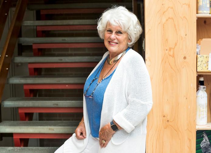 Karla Peijs bij de trap waar de uitbreiding moet komen.