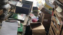 """VIDEO. 80-jarige man woont tussen 40 ton papier: """"Het is onmenselijk, hij moet geholpen worden"""""""