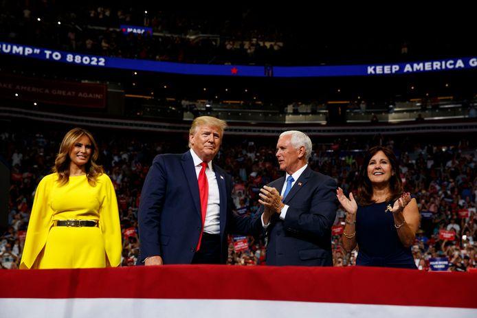 President Donald Trump en first lady Melania Trump samen met vice-president Mike Pence en diens echtgenote Karen Pence.