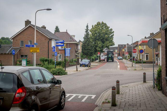 Kruising Molenstraat /DJ Bunschotenstraat in Goor waarop ook te zien is dat een deel Molenstraat  eenrichtingsverkeer is.