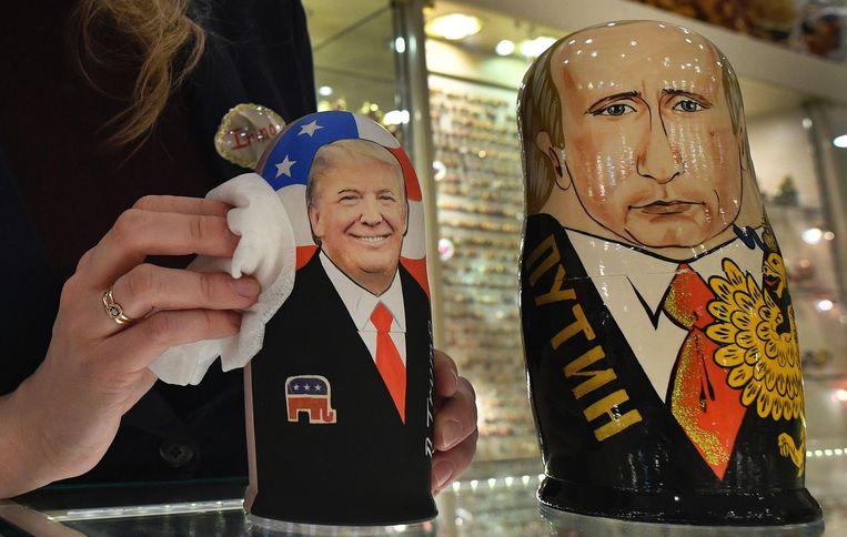 Donald Trump en Vladimir Poetin sieren Matroesjka poppen in een cadeauwinkel in Moskou. Beeld afp