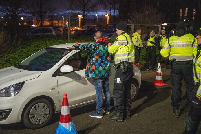Grote verkeerscontrole door de Politie, Douane en belastingdienst op de Genieweg in Alphen op vrijdag 17 januari.