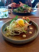 De tartare van huisgerookte zalm en (op de achtergrond) het Nagelhout op japanse wijze, bij Brasserie Dertien in Heeten.