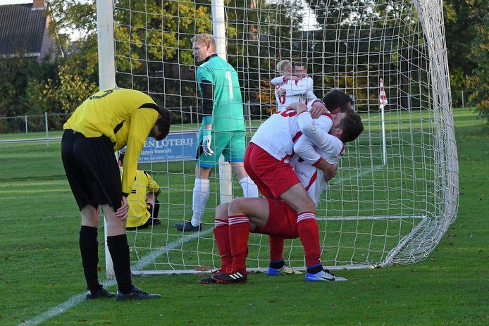 Vianen Vooruit-spits Mark Daamen feliciteert Mart Nuijen (onder) na een van zijn doelpunten tegen SSS'18.