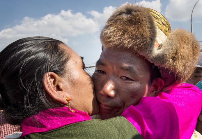Kami Rita wordt gefeliciteerd en omhelst door zijn vrouw.