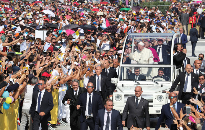 Paus Franciscus arriveert in zijn pausmobiel bij de locatie waar hij voor 80.000 katholieken een heilige mis leidde.