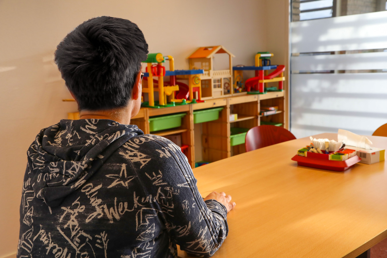 De medewerkster van Jeugdbescherming Brabant die anoniem haar verhaal doet in de kamer waar kinderen onder toezicht contact kunnen hebben met hun ouders.