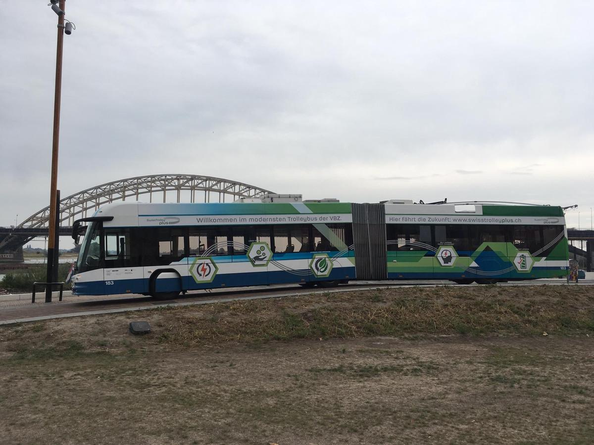 Trolleybus bij de Waalbrug in Nijmegen.