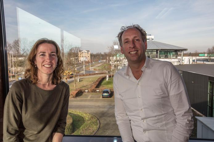 Madeleine van de Eijnde-van Dijk en haar broer Erik in het kantoor aan de Oost-Om.
