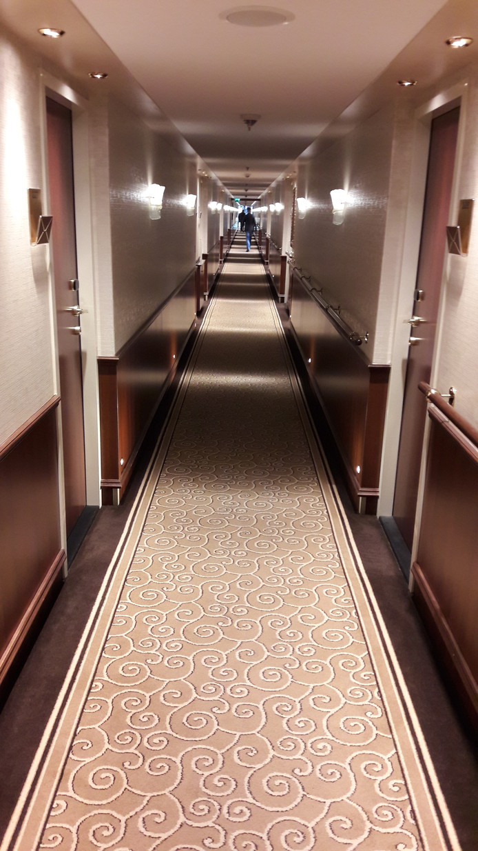 Lange gangen aan boord van de Inspire.