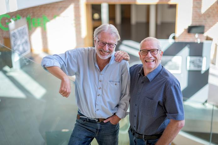 Voorzitter Johan Smit (rechts) van het Nijverdal Mannenkoor en zijn collega Hans Meijering van het Meppeler Mannenkoor in het Huis voor Cultuur en Bestuur, één van de locaties in Nijverdal waar zaterdag het grote korenfestival wordt gehouden.