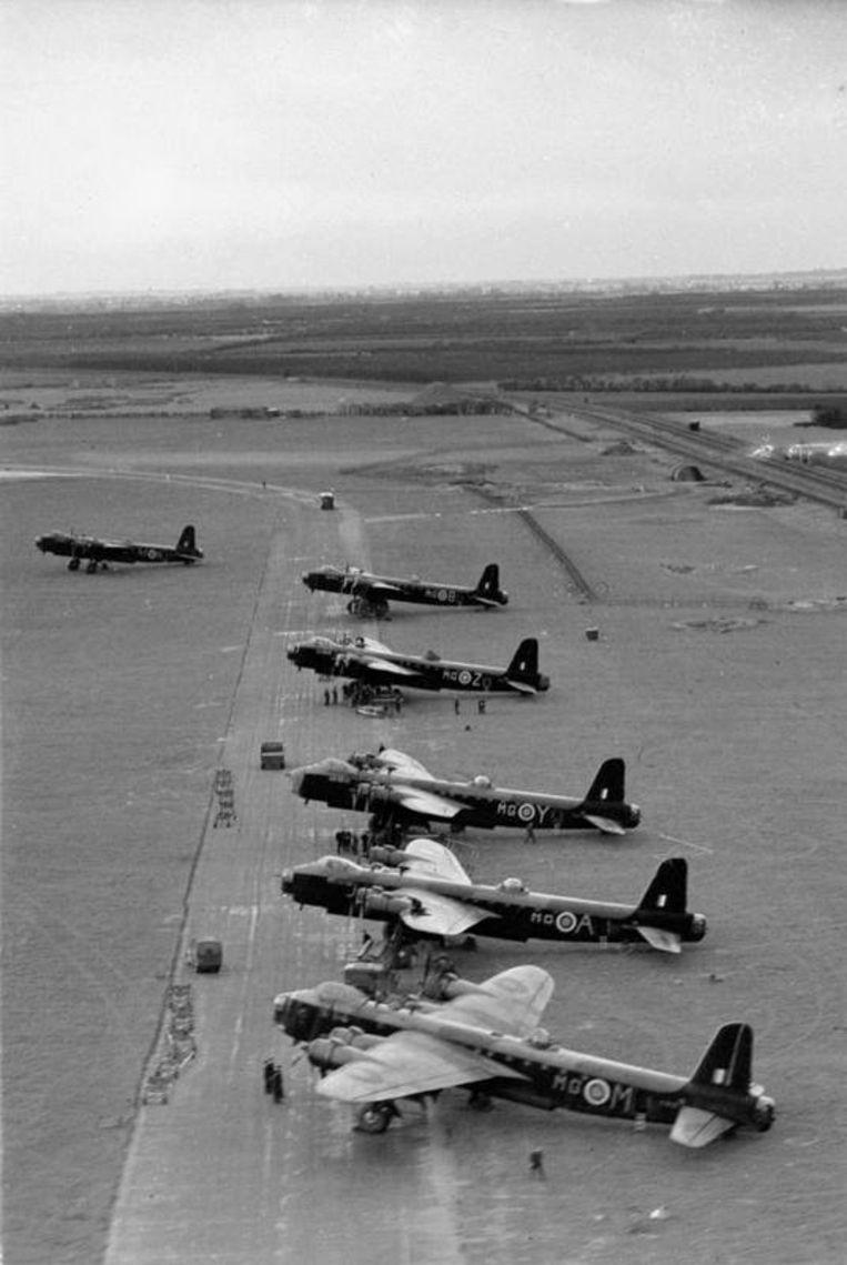 Short Stirlings op vliegbasis Oakington, 1941. Beeld Imperial War Museum Londen