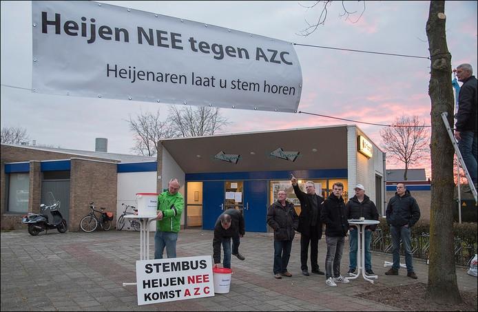 Eind maart protesteerde een handjevol Heijenaren tegen de komst van asielzoekers naar Huys Heijen.