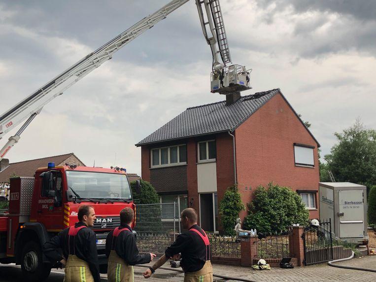 De brandweer maakt het gat in het dak weer dicht.