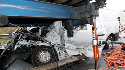 Passagier uit bestelwagen geslingerd: beide mannen zeer zwaargewond