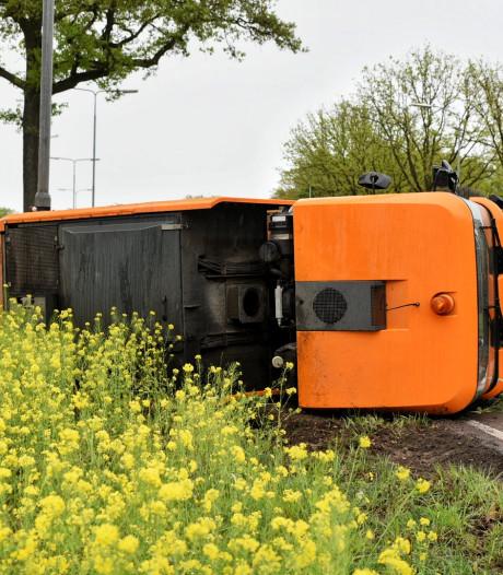 Veegwagen gekanteld op N65 bij Oisterwijk