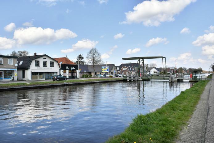 Kanaal Almelo-De Haandrik. Huizen langs het kanaal dreigen onbewoonbaar te worden.