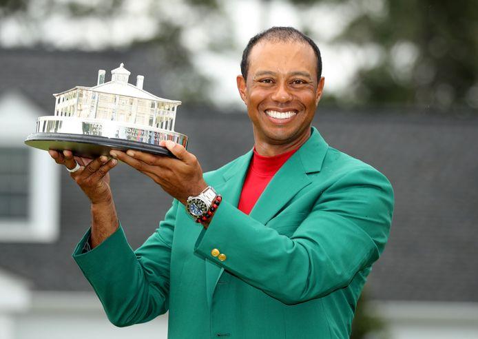 Tiger Woods viert zijn overwinning in Augusta.