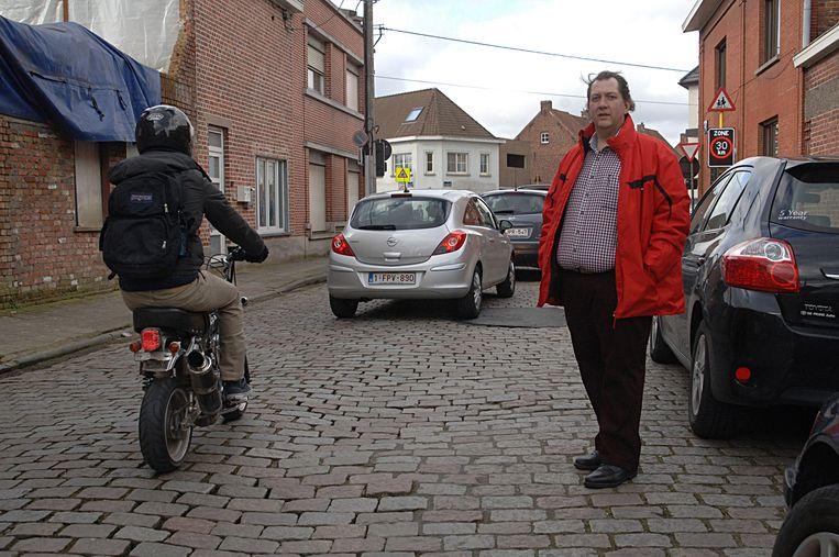 Mario Verhellen klaagt al jaren de slechte staat van het wegdek aan, in de Molenstraat.