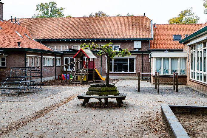 De Wingerd in Twello vanochtend. De school is dicht, het plein leeg.