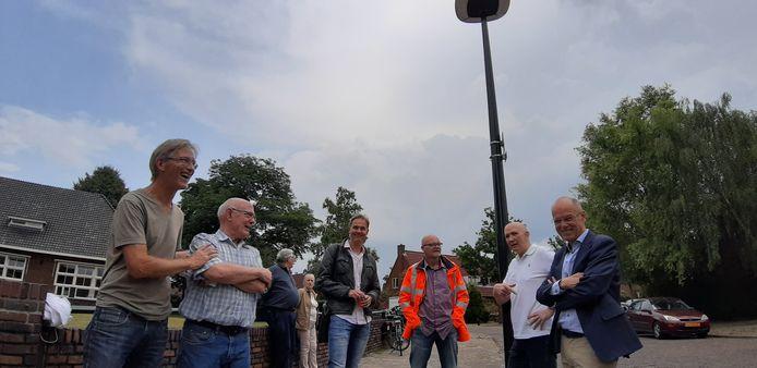 Nieuwe lantaarns voor De Nijverheid. Tweede van links bewoner Corrie Leussink, uiterst rechts wethouder Bas van Wakeren.