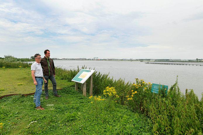 Niek Koppelaar (r) en Danny Nugteren zijn blij met de bouw van het bezoekerspunt.