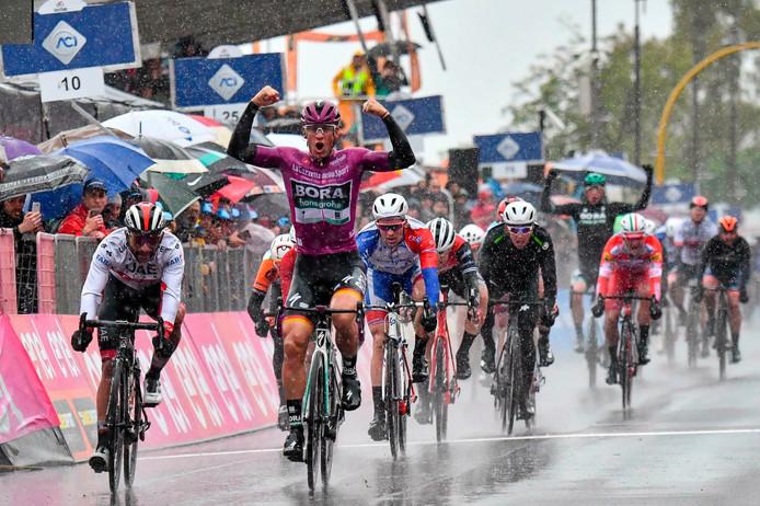 Pascal Ackermann is de leider in het puntenklassement, maar ging gisteren onderuit.