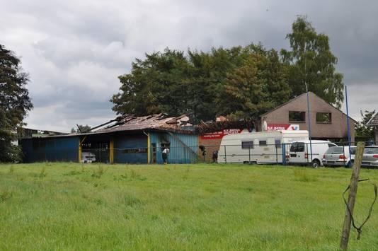 Het dak van de loods is volledig vernield.
