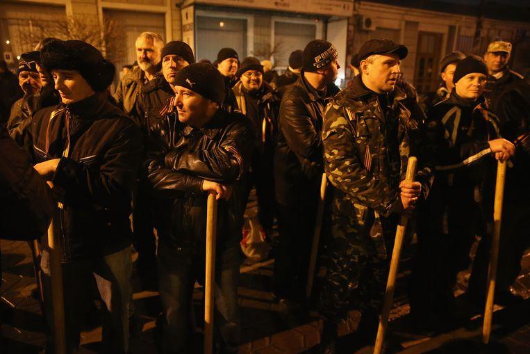 Gewapende pro-Rusland betogers hebben zich voor het regionale parlement op de Krim verzameld. Beeld getty