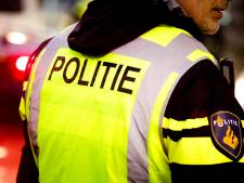 Scooterrijder negeert stopteken en rijdt tegen agent aan