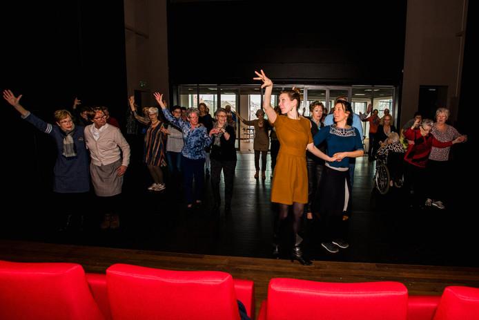 Lekker bewegen, eenzaamheid op afstand houden en nieuwe vrienden maken. Dat is het idee achter het project Gouden Dans. Vijftig ouderen doen mee en zetten 16 juni een voorstelling op de planken.