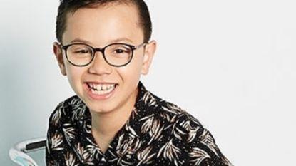 Jongen met autisme mag niet mee op de klasfoto, maar nu geeft hij iedereen het nakijken als model