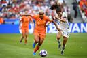 Duel der invallers: Shanice van de Sanden in duel met Christen Press. Beiden vielen in tijdens de WK-finale.
