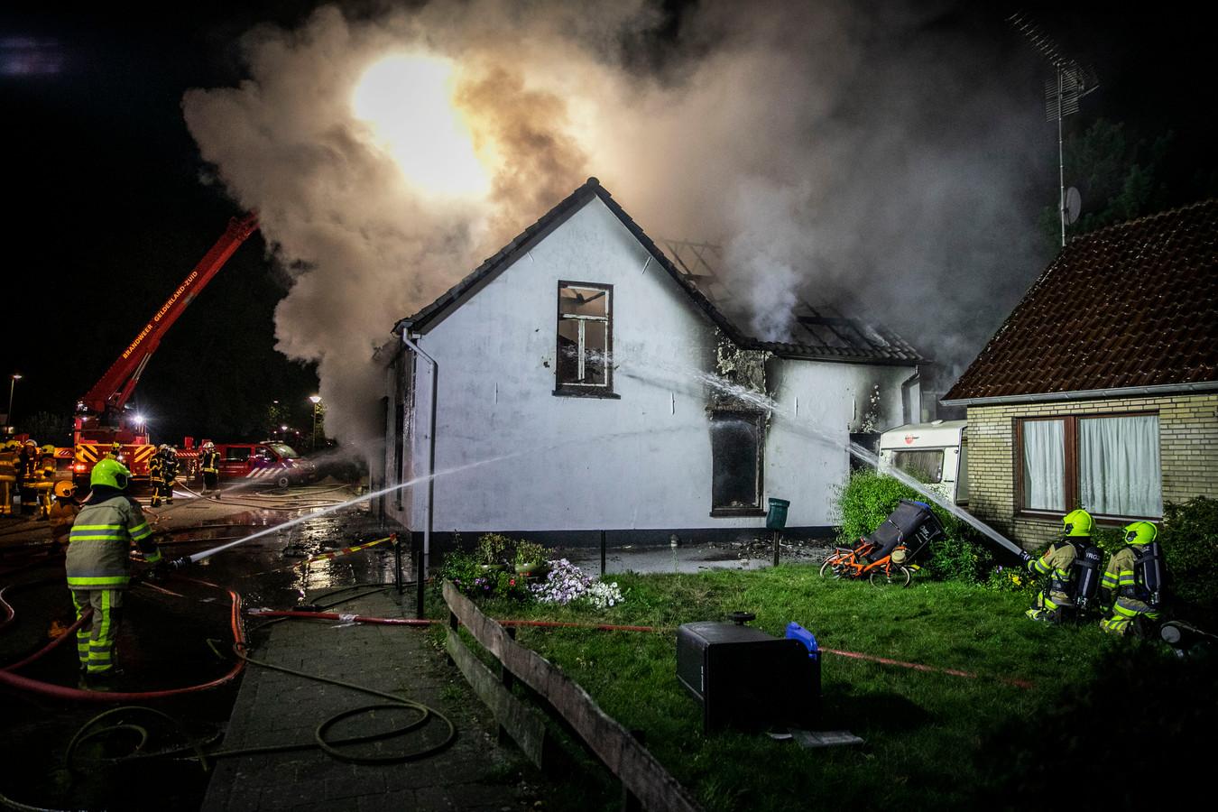 Rond 02.30 uur vannacht sloegen de vlammen plots uit Het Kleine Winkeltje aan de Millingse Pastoor Graatweg. Uitbaatster Joke woont in het huis (r) naast de winkel en schrok wakker van een knal.