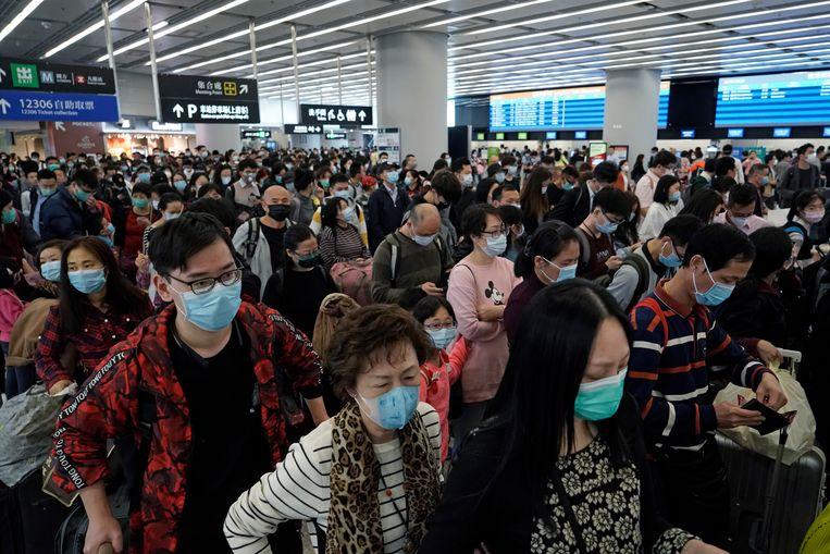 Iedereen draagt een mondmasker in een treinstation in Hongkong.