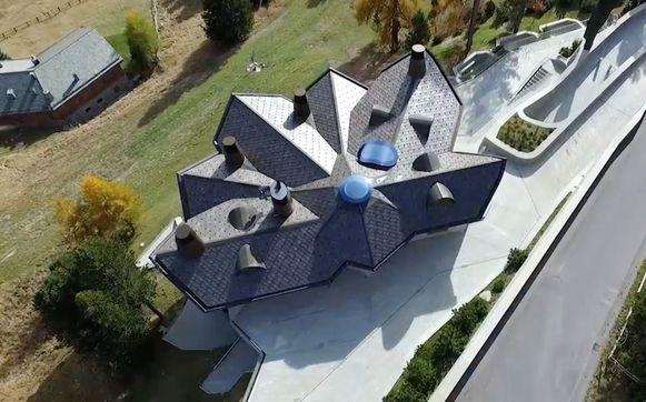 De villa is genoemd naar een zeldzame edelsteen, lonsdaleite.