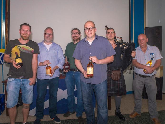 Vrijdagavond organiseerden zijn drie vrienden Gino Pardon, Nico de Keyeser en Willy de Brouwer een whiskyproeverij met tombola in café Joreka De Troubadour in Clinge.