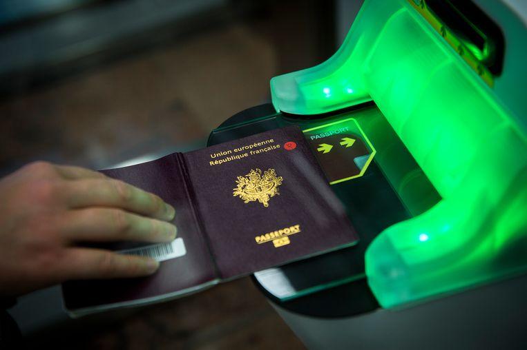 De man werd betrapt met een vals paspoort.