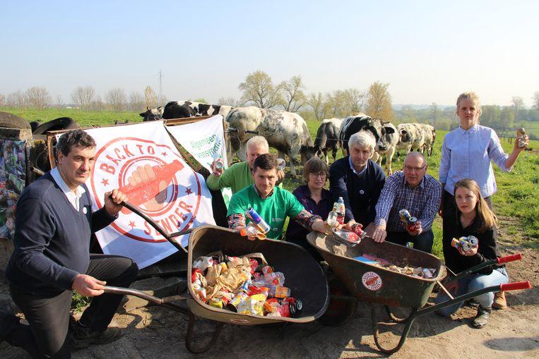 De 'oogst' na een paar honderd meter zwerfvuil ruimen. De blikjes zullen de actievoerders naar enkele politici sturen.
