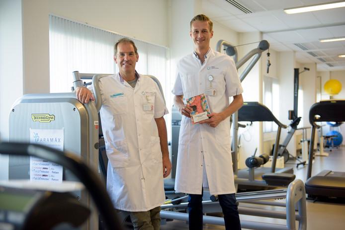 Arts Stefan van Rooijen onderzocht hoe ernstig zieke patiënten toch met een betere conditie een operatie in kunnen gaan. Hij promoveert daarop. Links van hem co-promotor Gerrit Slooter, oncologisch chirurg MMC.