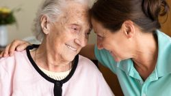 """Nieuw boek geeft 52 methodes om te communiceren met mensen met dementie: """"Ik wil tonen dat iemand die alzheimer heeft wél nog bereikbaar is"""""""