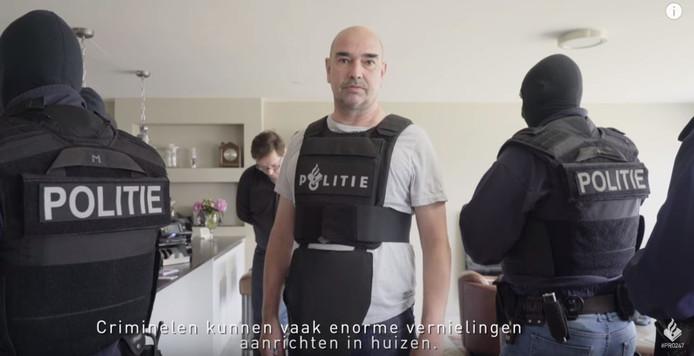 Brigadier Stan Vroom uit Flikken Rotterdam waarschuwt: verhuur je huis niet aan criminelen.